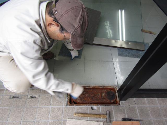 安城市 強化ガラスドアのフロアヒンジ取り替え工事