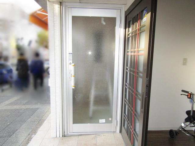 名古屋市昭和区 玄関を店舗用扉へ取り替え