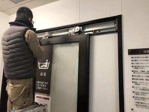 名古屋市瑞穂区 店舗ドア修理・交換工事 引き戸クローザー
