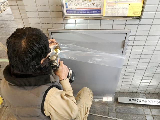 名古屋市東区 掲示板 ポリカ板の割れ替え