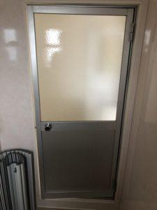 一宮市 浴室ドアを中折れ戸に取替 カバー工法