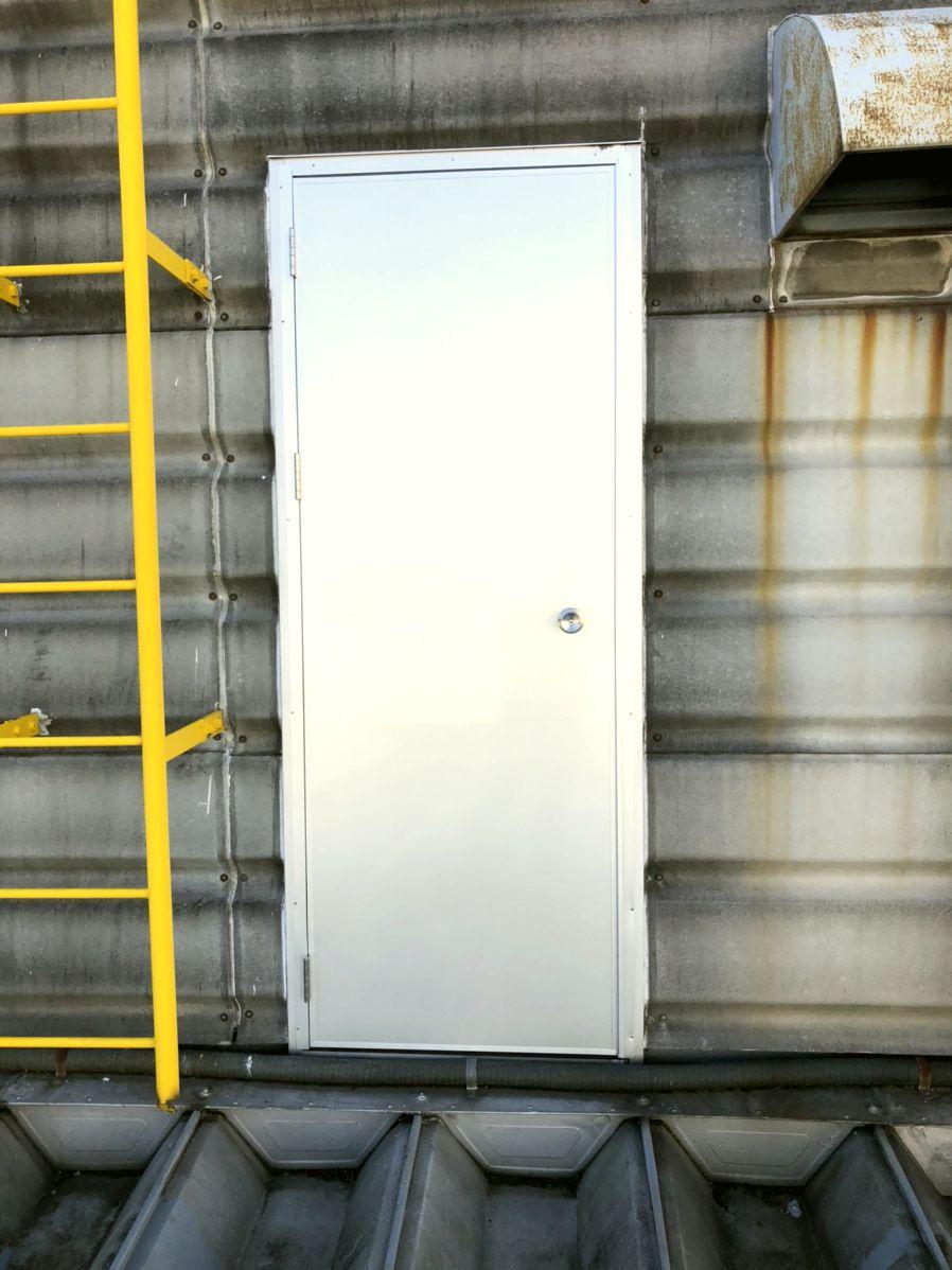 【ドア取替】工場ドアのドア取替をカバー工法で施工